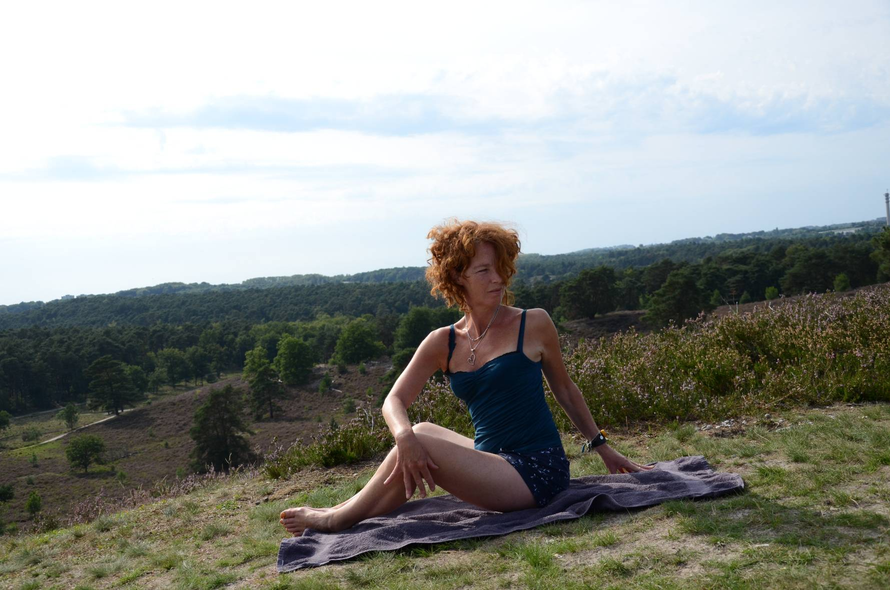 Zonnegroet Estella - Girl that does yoga